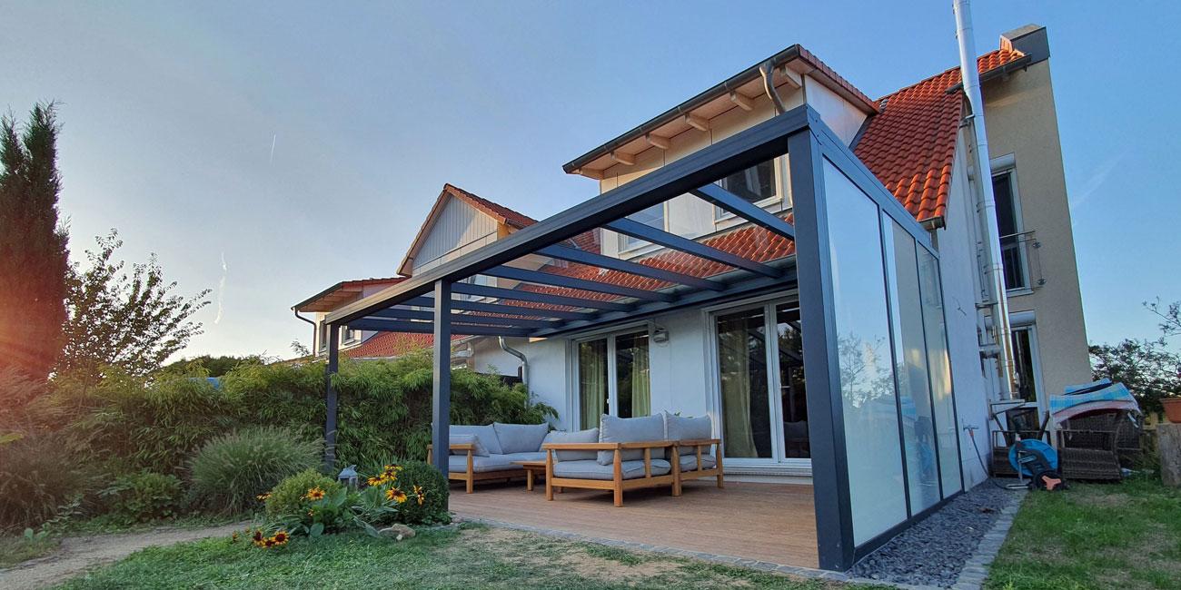 Terrassenüberdachung: Vorteile von pulverbeschichtetem Aluminium